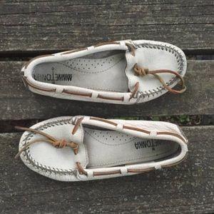 Vtg Minnetonka Moccasins White Loafers Size 5.5